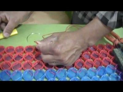 Como fazer um tapete usando tampinhas de garrafas pet.