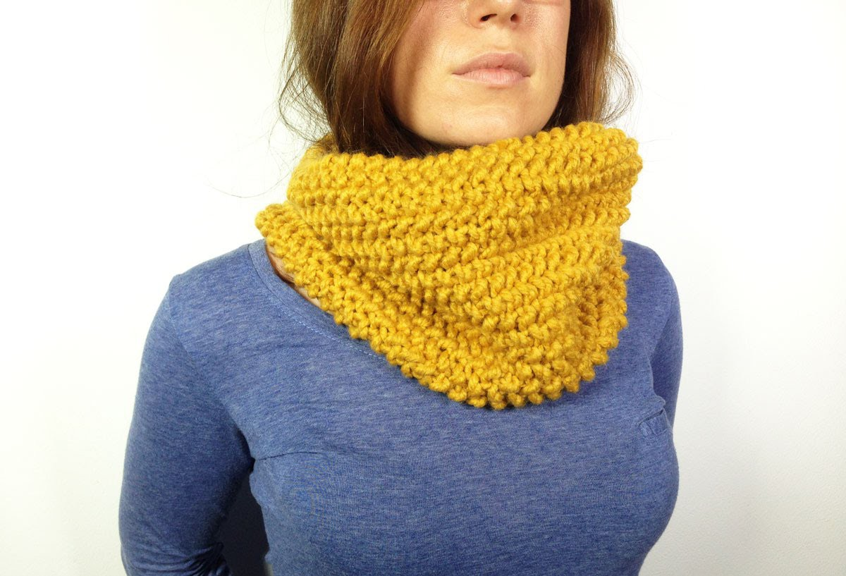How to Loom Knit a Cowl in Seed Stitch (DIY Tutorial)