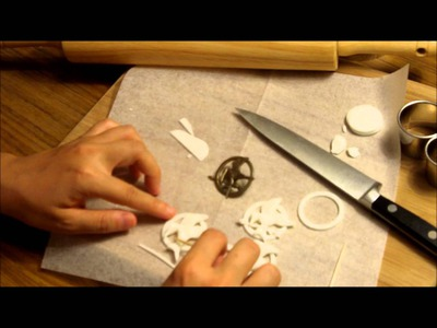 How to Make a Hunger Games Mockingjay Pin Cupcake