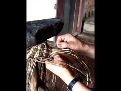 Artesana tejiendo un sombrero de paja en sandoná