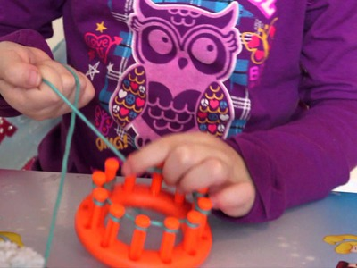 6 Year old shows how to knit a scarf. (knifty knitter)