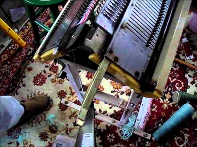 Changing the sponge bar on a knitting machine