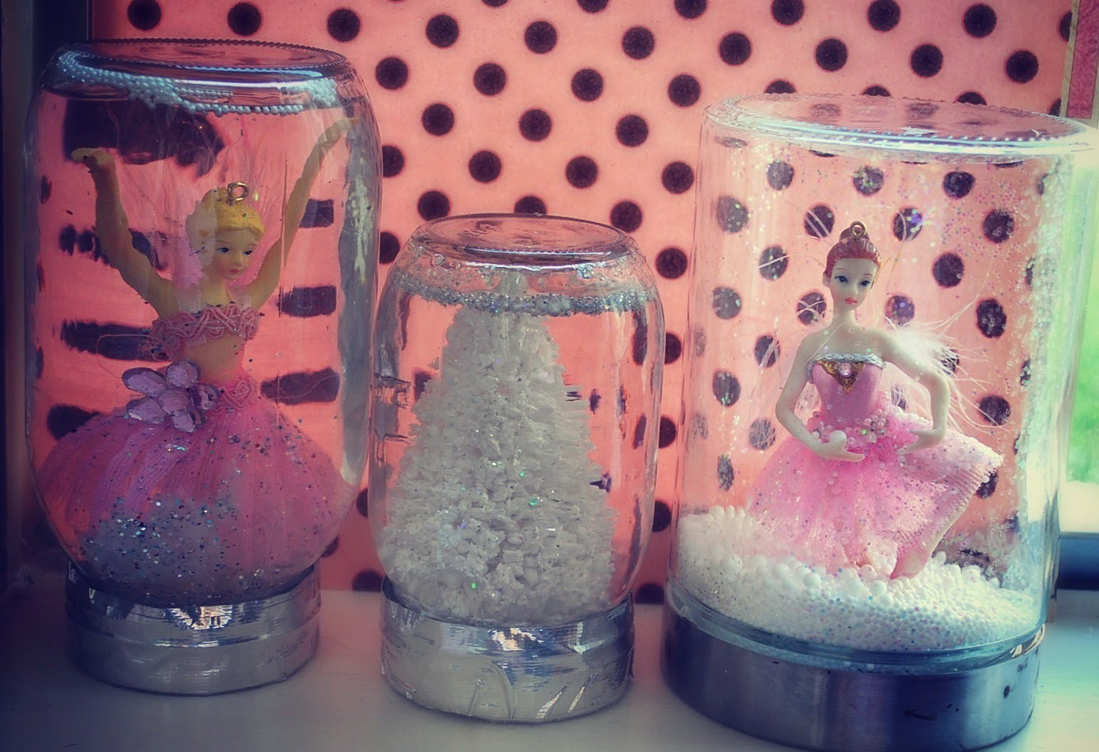 10 DIY Gifts : Gift idea 2: Homemade Jar Snowglobes! Pretty DIY snow globe!