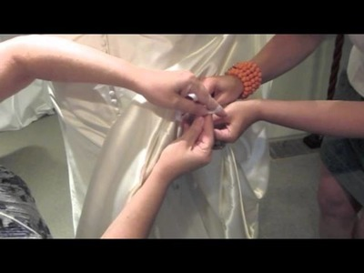 How to tie a bustle