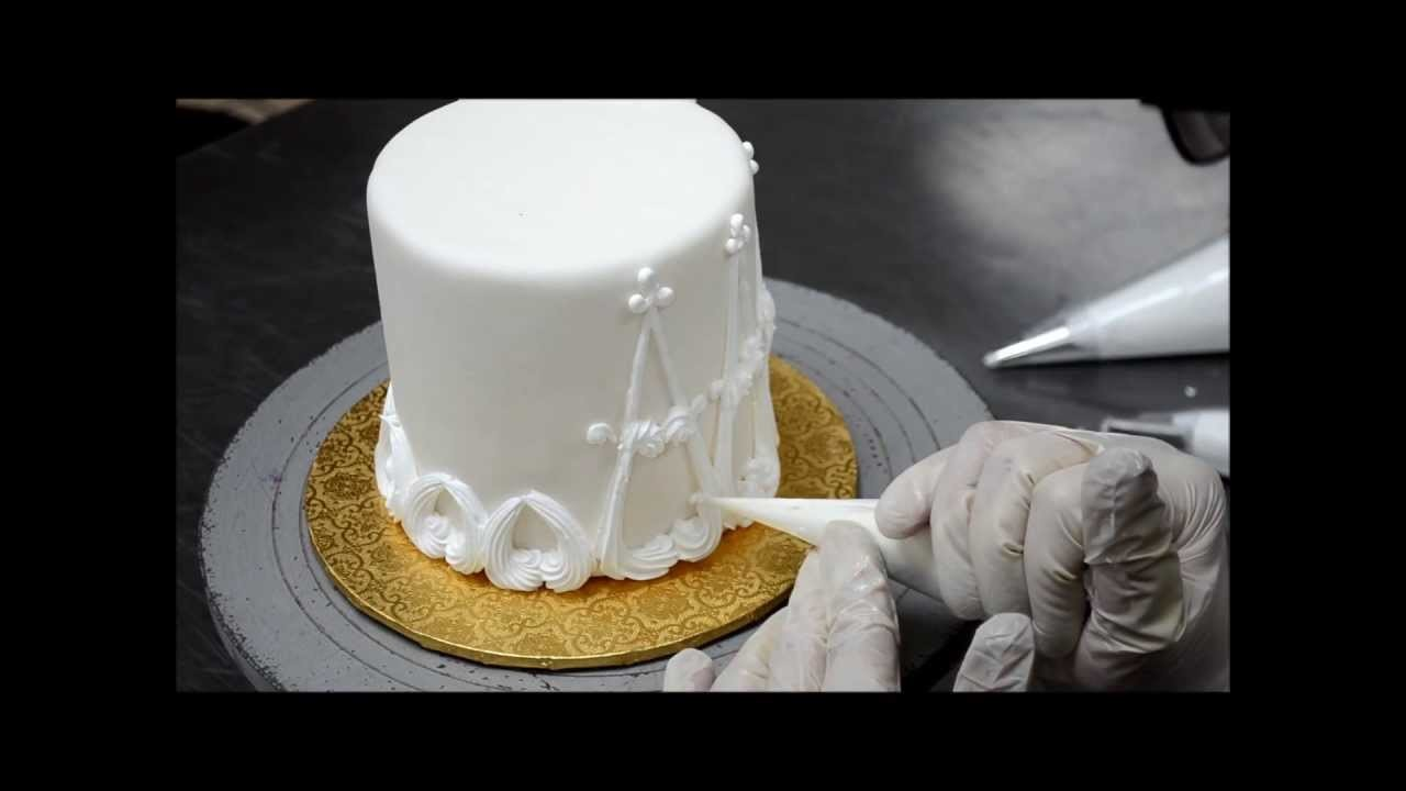 Designing a cake out with buttercream |  Easy Cake Decorating Ideas
