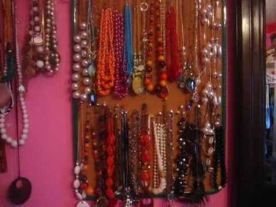 Tips by flawless makeup; organize your jewelry!