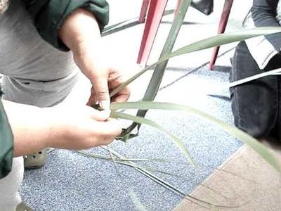 Making Putiputi with Harekeke (Flax Flowers)