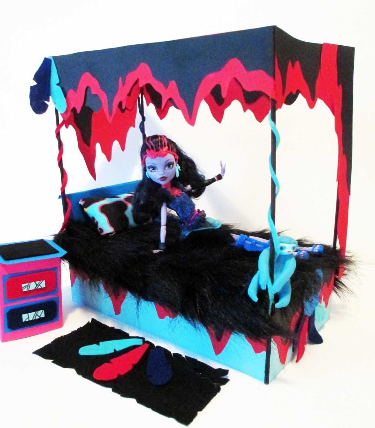 How to make a Jane Boolittle Doll Bed Tutorial. Monster High
