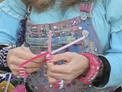 Wendy the Pipe Cleaner Lady Shows how to Make a Ring