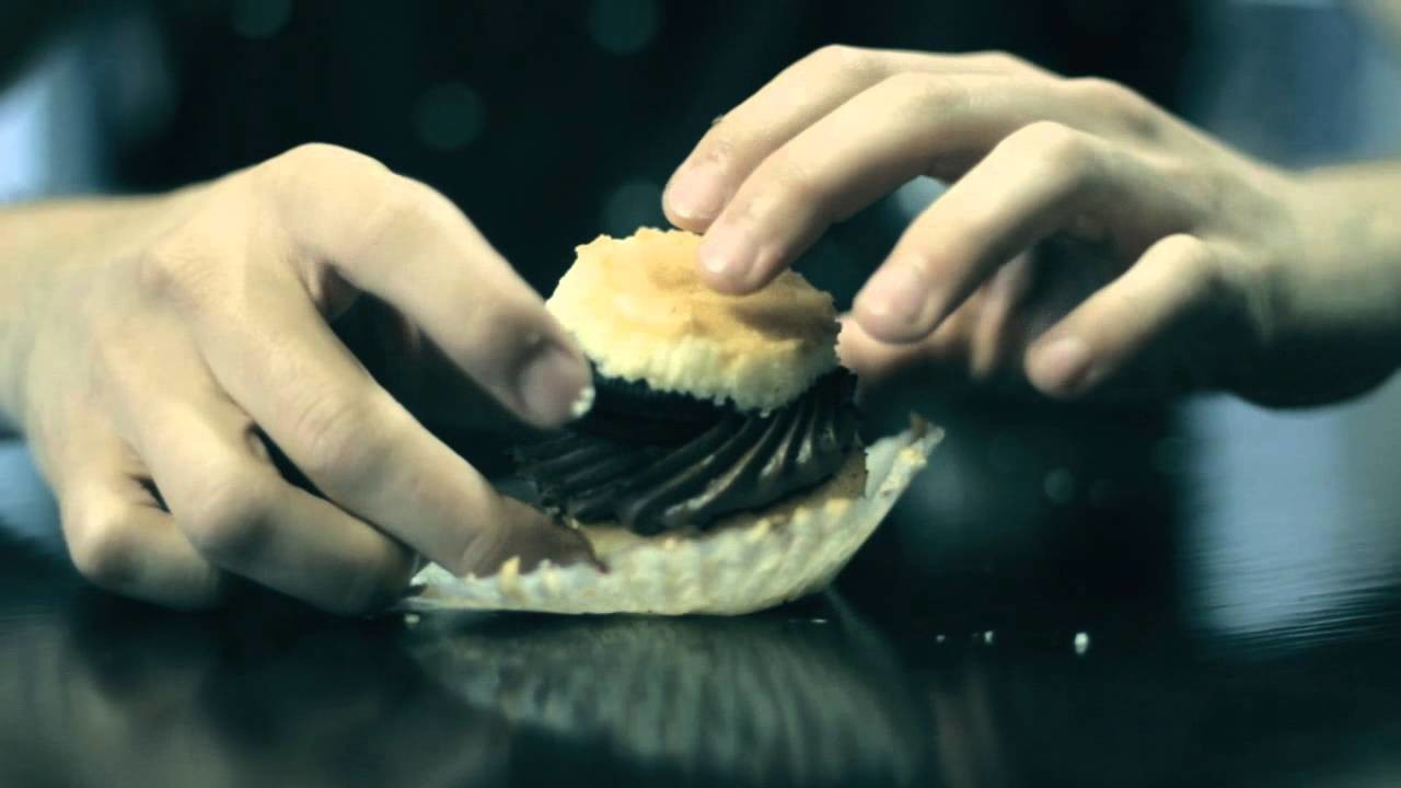 How to Eat a Cupcake, Like a Gentleman | FOODBEAST LABS