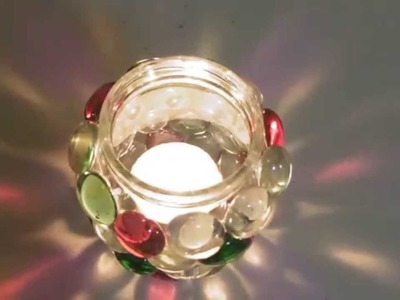 Frasco de vidrio decorado con piedritas para usarlo para Navidad