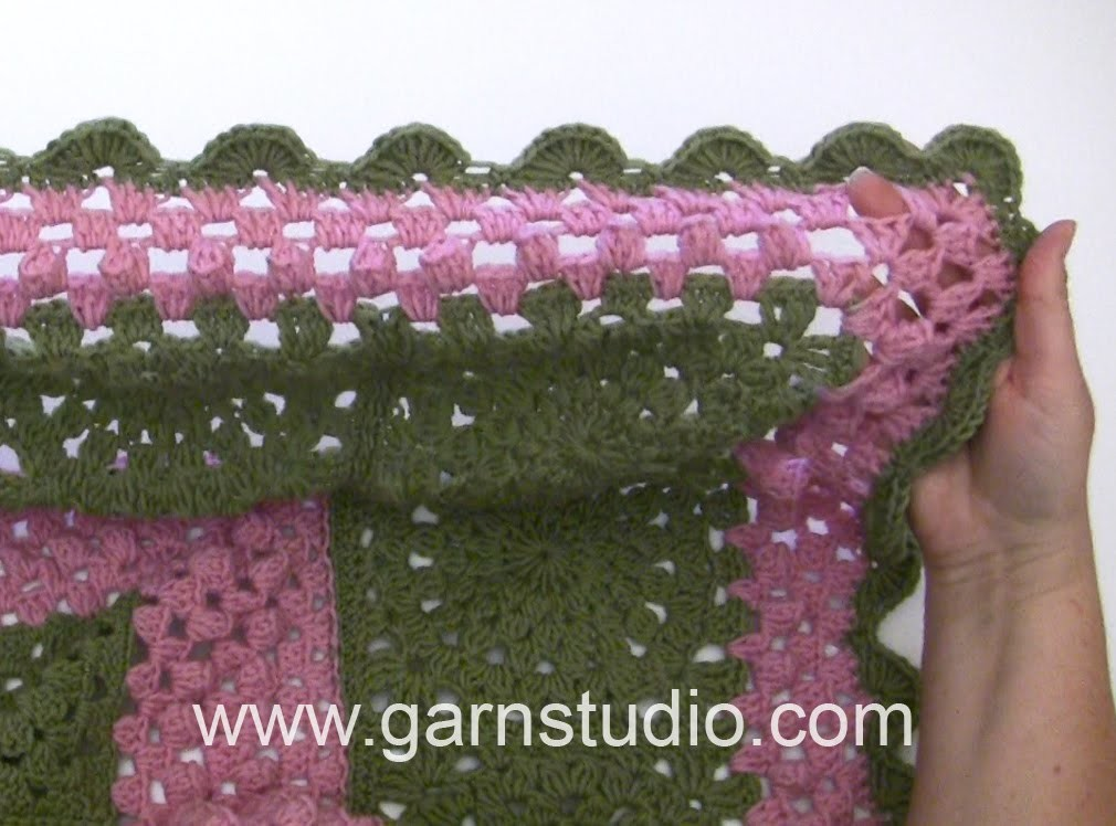 DROPS Crocheting Tutorial: How to work the fan edge around the blanket in DROPS 163-1.