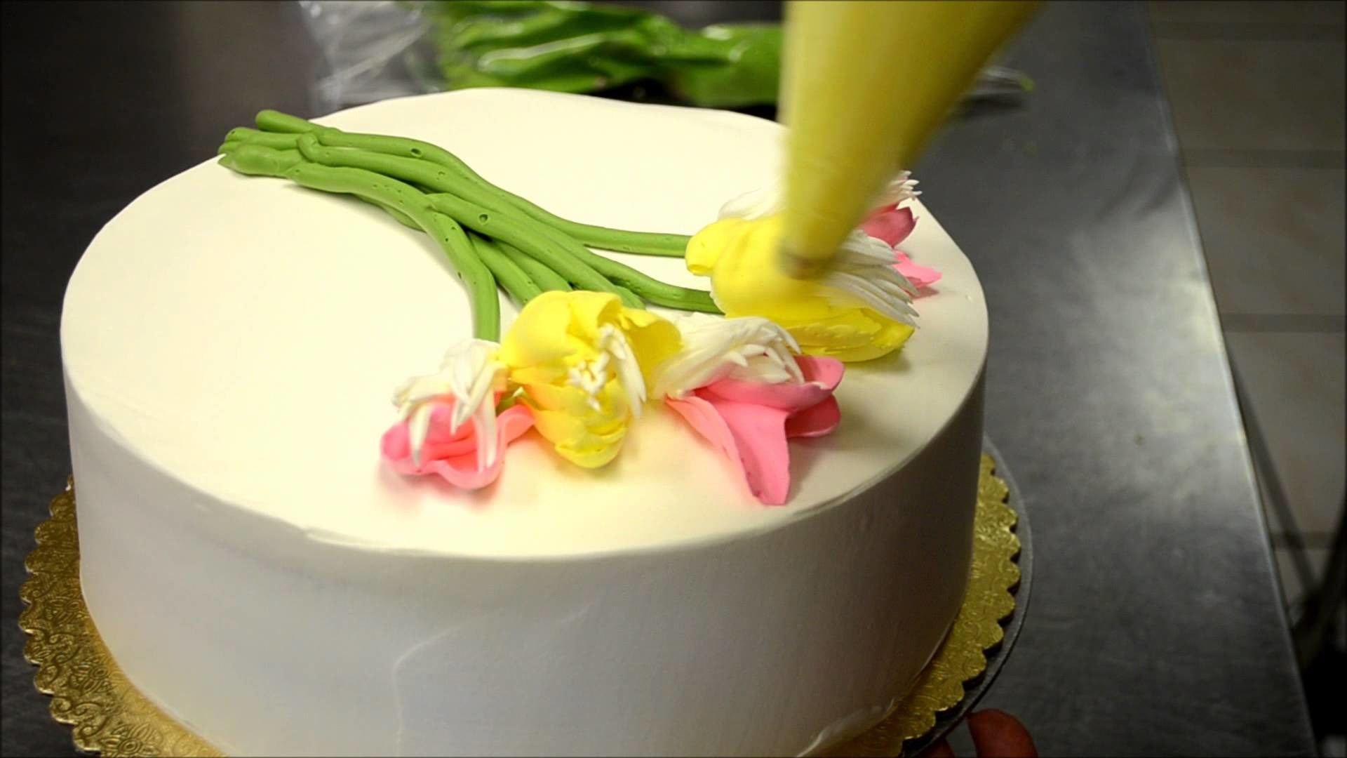 How to decorate a cake with tulips