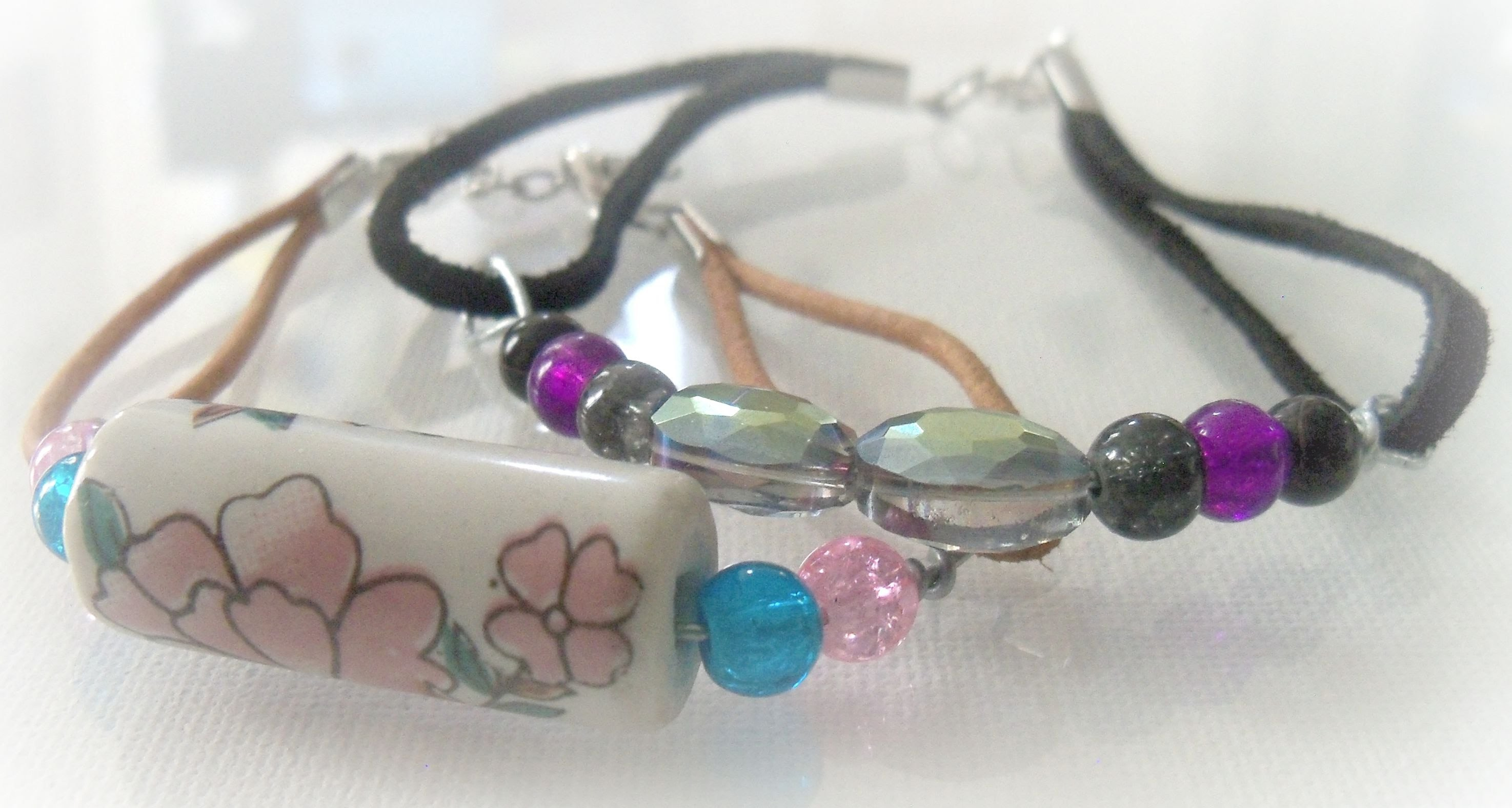 How to make a easy beaded leather bracelet.Tutorial