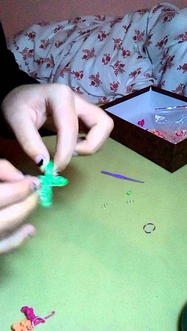 Diy: how to make Loom Bands Cross