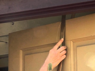 How to Hang a Christmas Wreath on a Door : Great Gardening