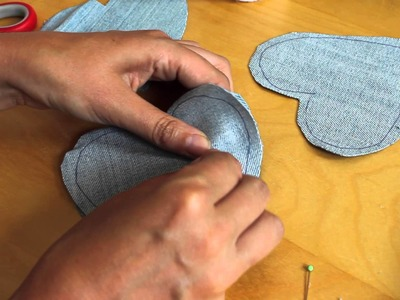 Upcycling tutorial – make a heart garland from a pair of old jeans!