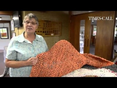 Video: Making sleeping mats out of recycled plastic bags for the homeless