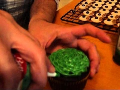How to Decorate Sesame Street Cupcakes.wmv
