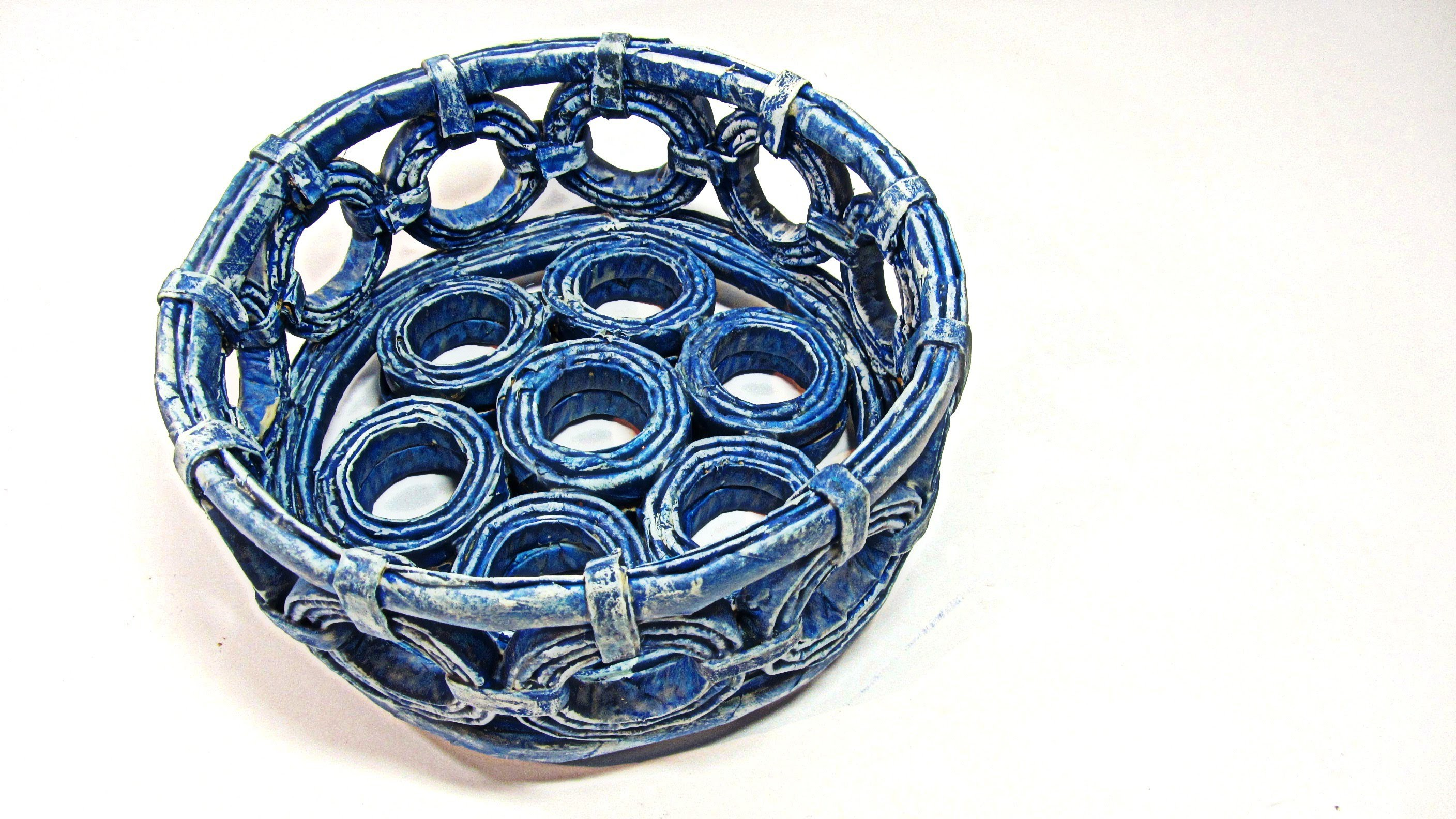 Como hacer cestas con periodicos. Basket made with newspapers.