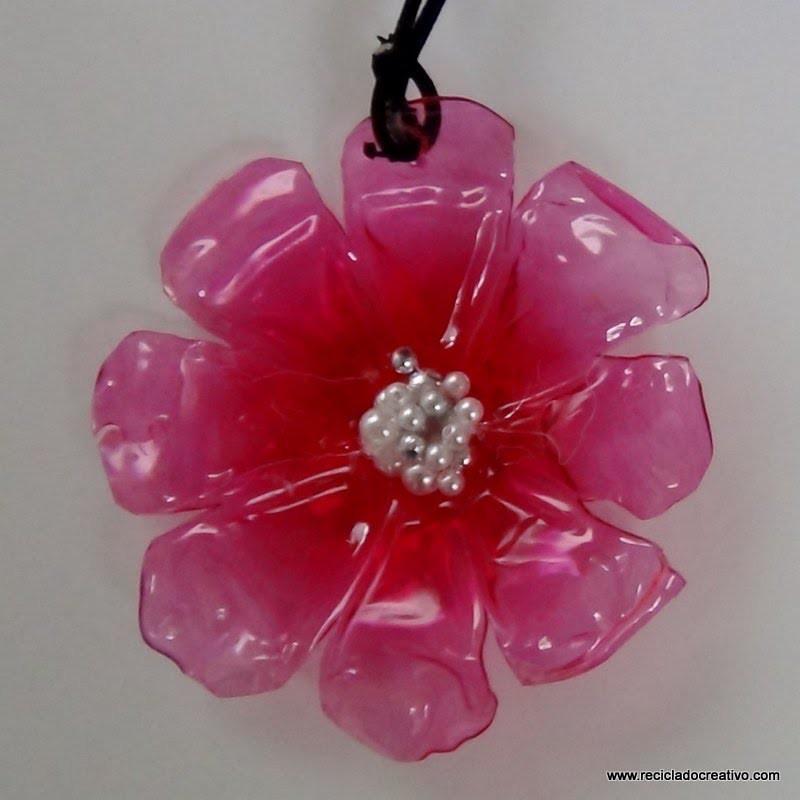 Cómo realizar un colgante con forma de flor reciclando una botella de plástico   How to make a penda