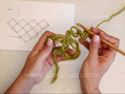 DROPS Crochet Tutorial: How to crochet a love knots triangle
