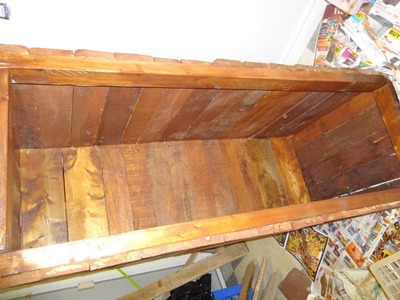 Making a wooden blanket box out of pallets and adding some stain to the wood