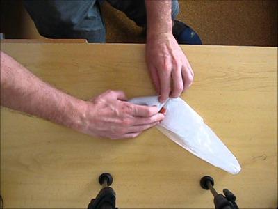 Doblar bolsa de plástico.