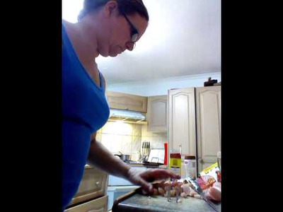 How to cut chicken and peel an onion with one hand