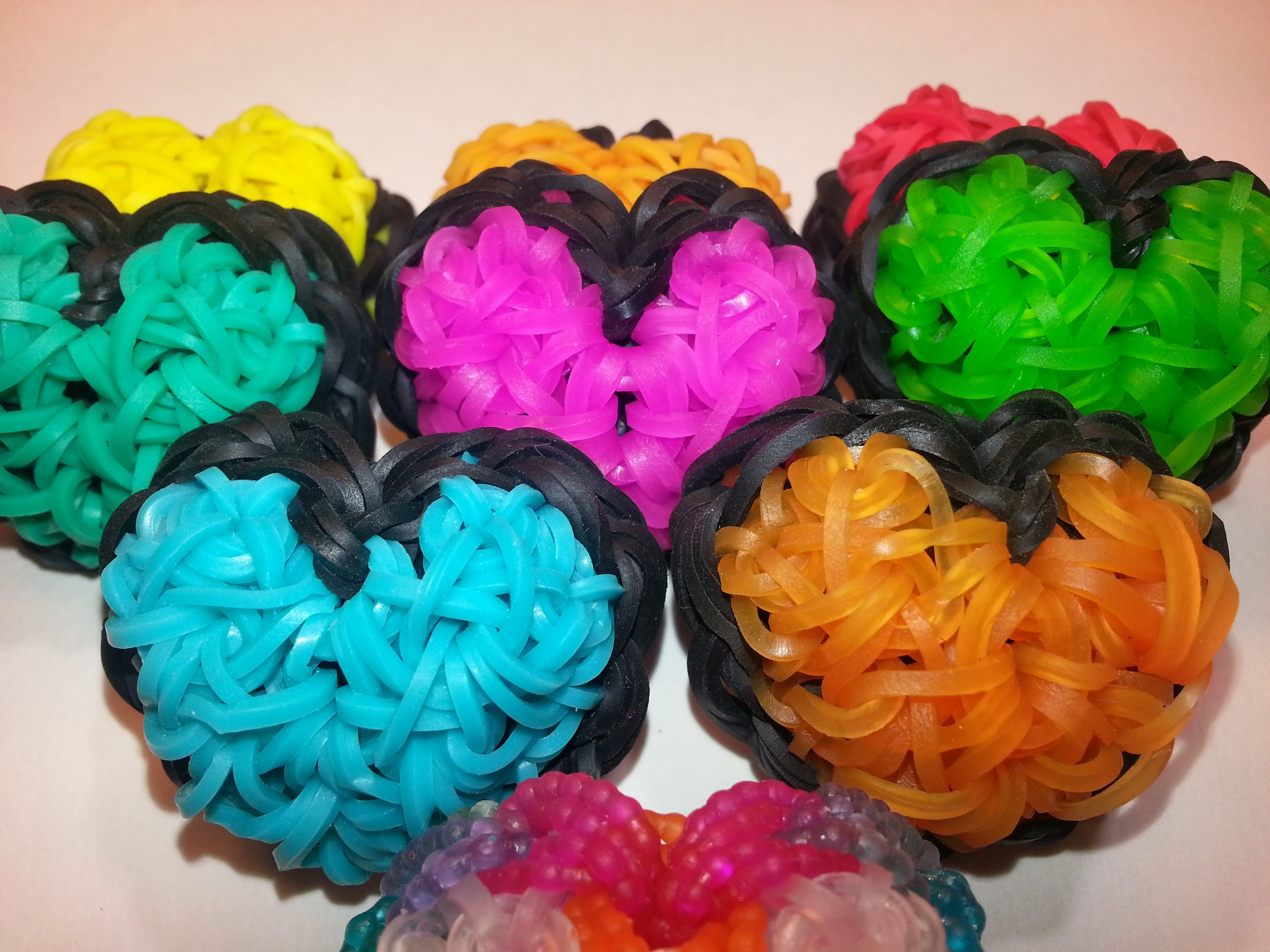 ONE LOOM Puffy Heart Charm Tutorial by feelinspiffy (Rainbow Loom)