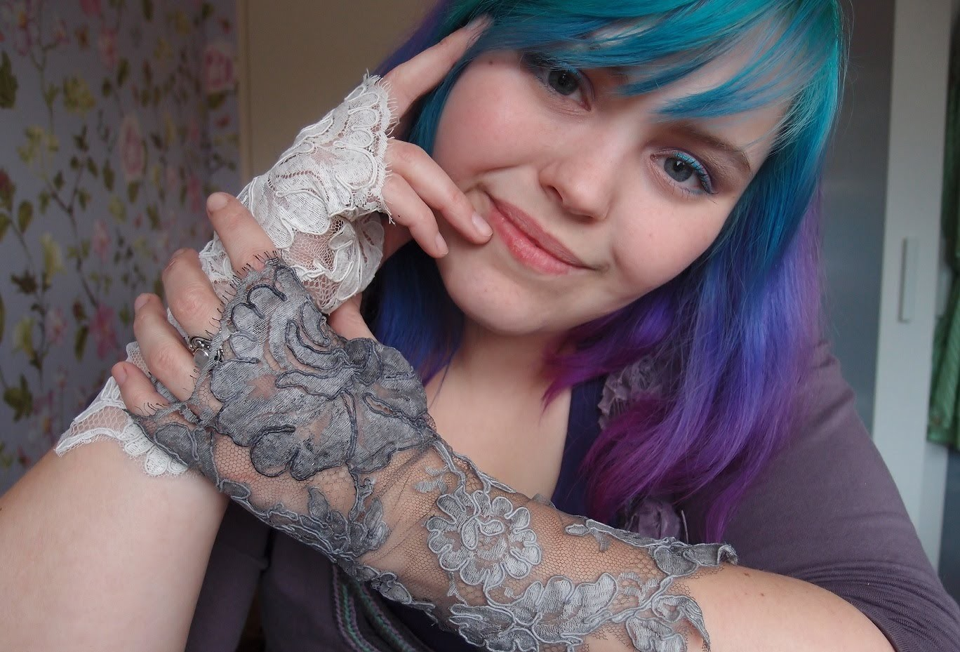 DIY Fingerless lace gloves - tutorial
