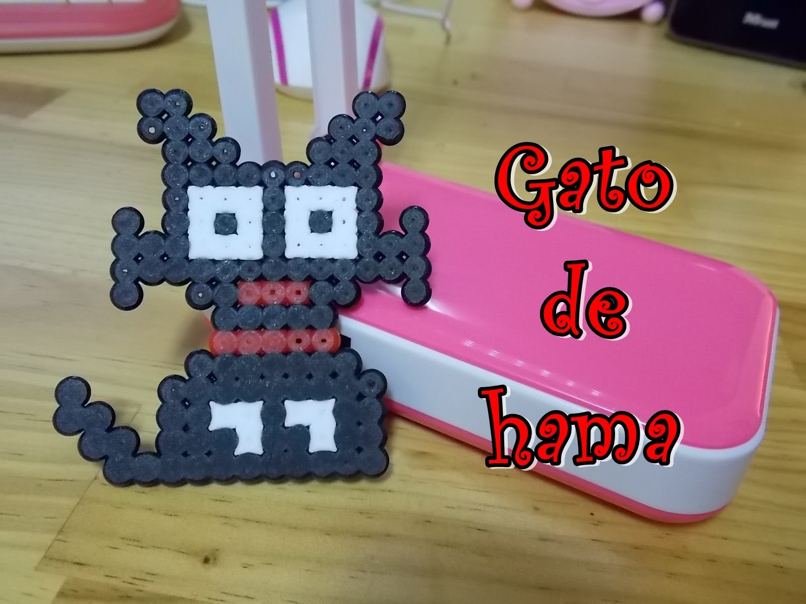 Gatito de hama beads midi con placa cuadrada.  kitty with hama.  perler.  pyssla