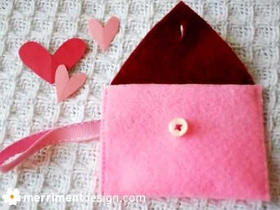 How to make a felt heart mini-purse for Valentine's Day {and free pattern}