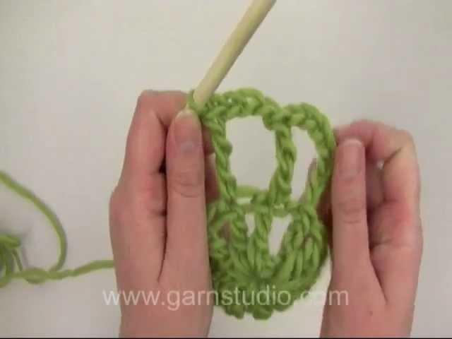 DROPS Crochet Tutorial: How to crochet and felt Christmas hot pad.