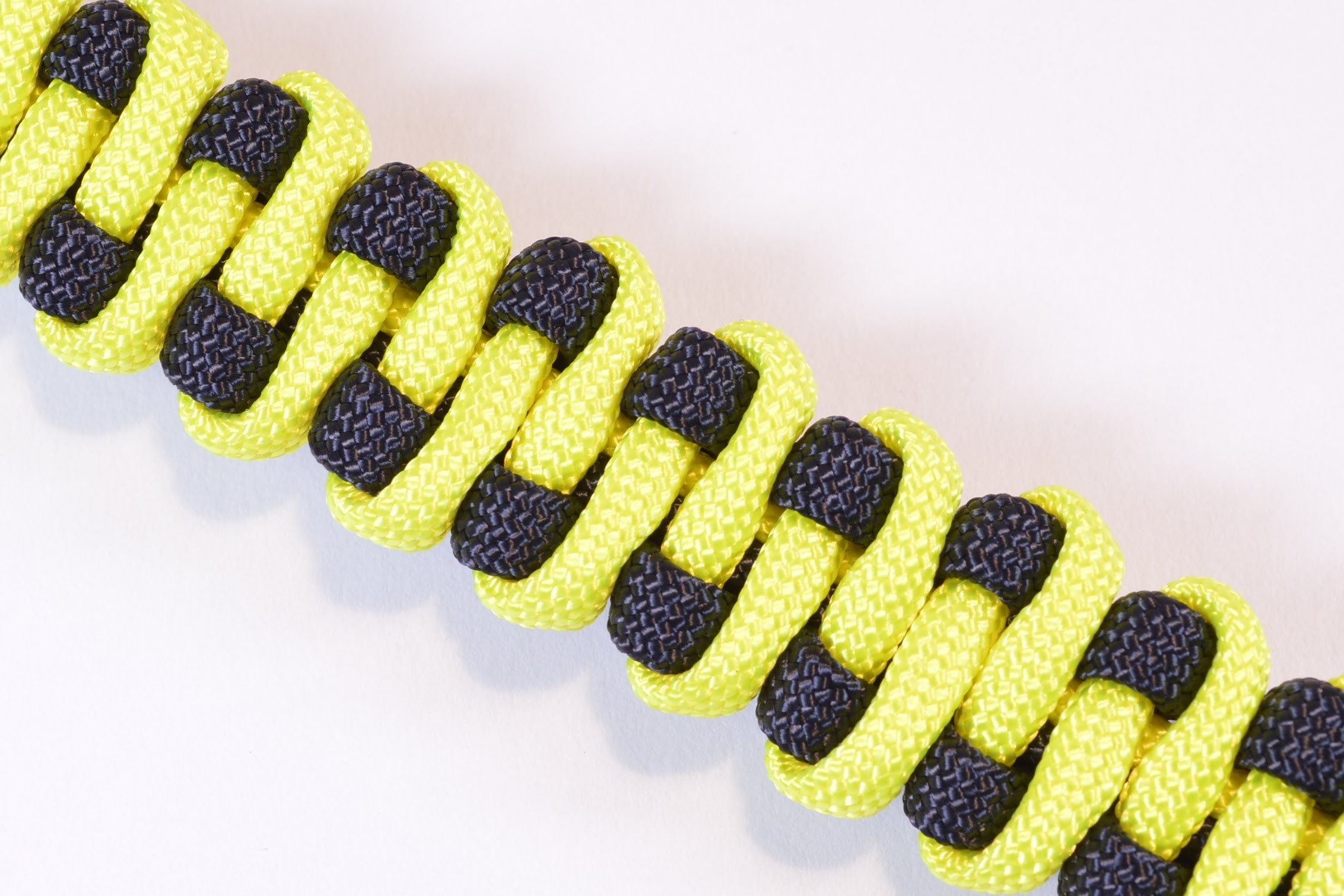 "How to Make the ""Slithering Snake"" Paracord Survival Bracelet - BoredParacord"