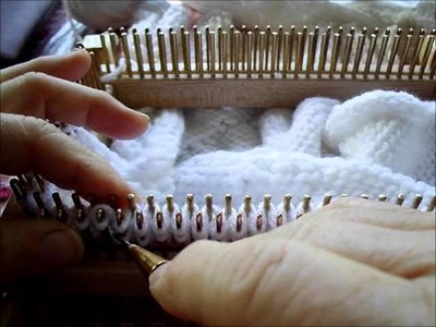 Making lace eyelets on a knitting loom