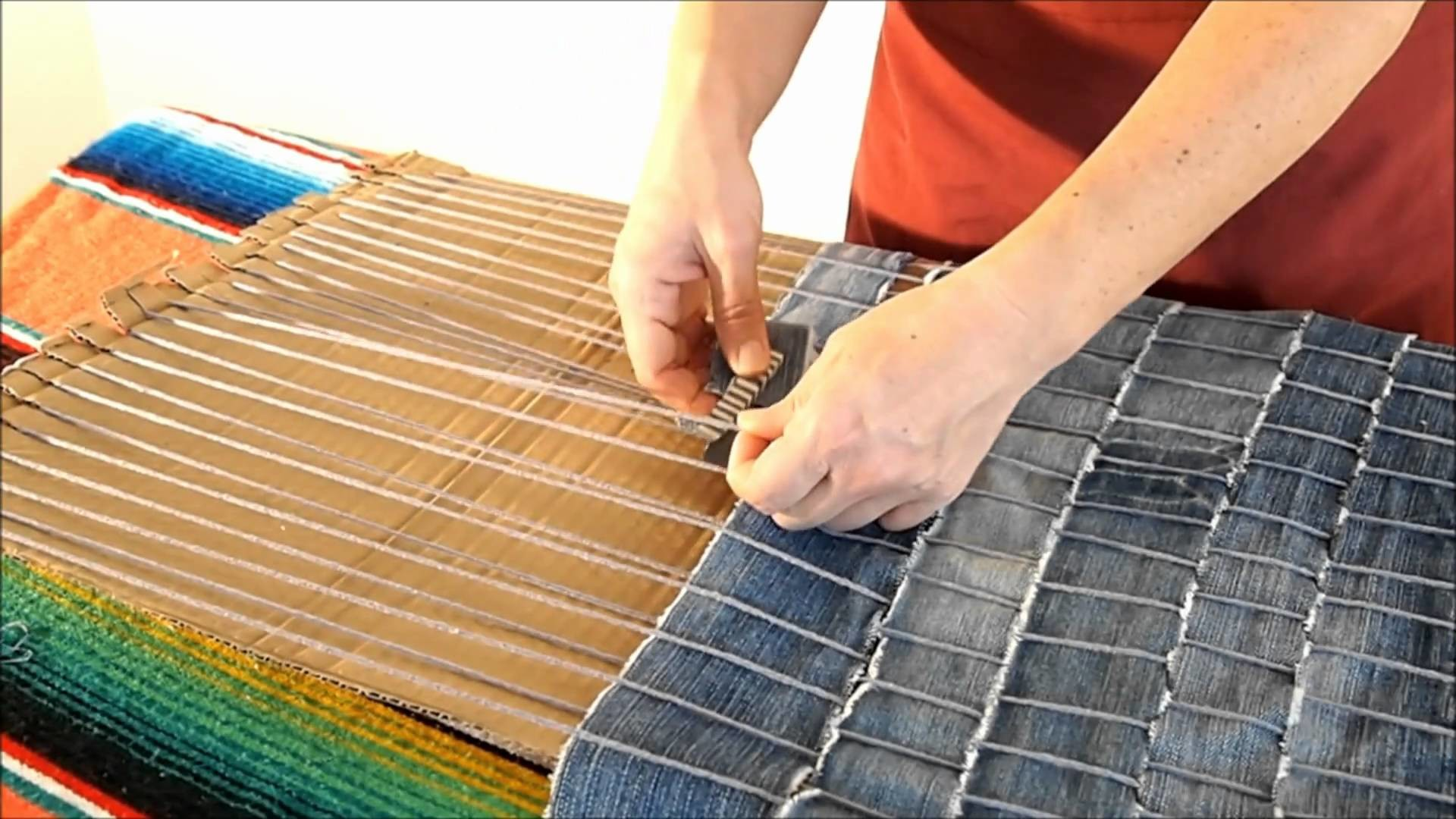 DIY How to make a carpet recycling old jeans - Manualidades: Alfombra reciclada de vaqueros viejos