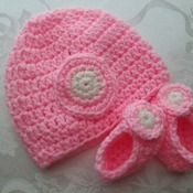 Beanie and booties set for baby girl - newborn to 4 months - Acrylic yarn