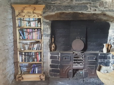 DIY Pallet Furniture - The Discworld Bookcase