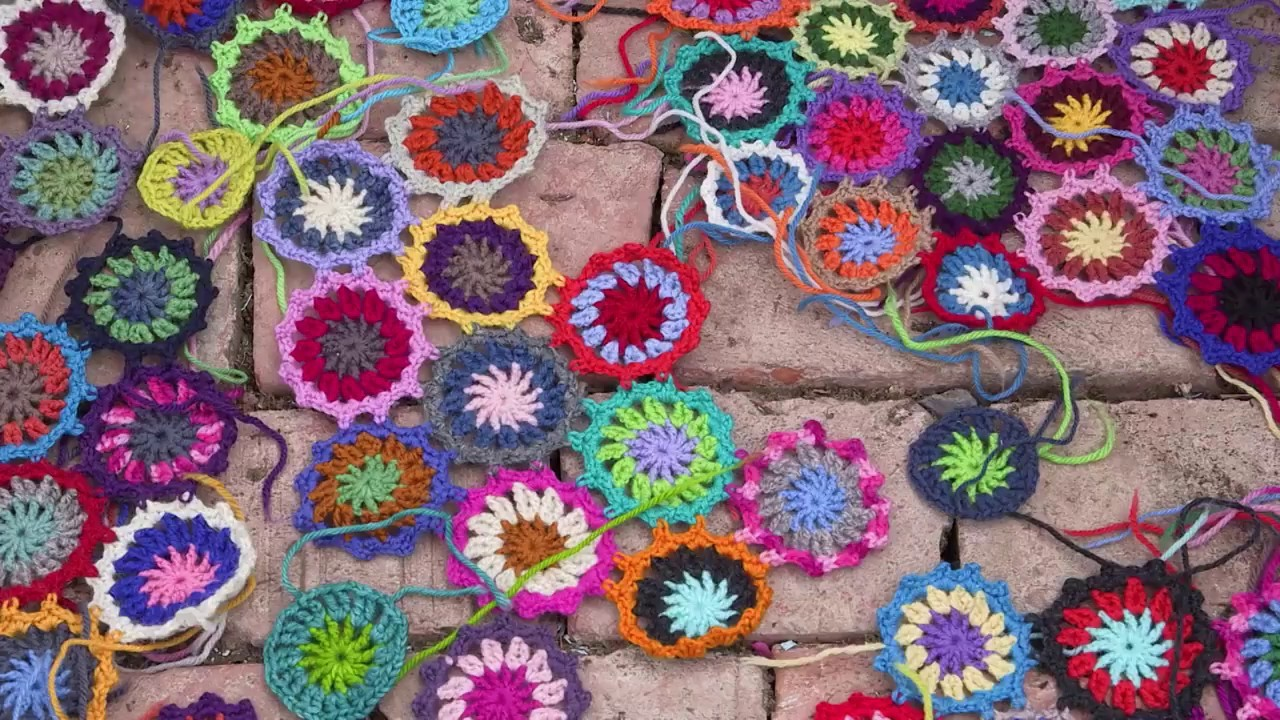 How to crochet flowers to make a colorful throw - by ARNE & CARLOS - RERUN