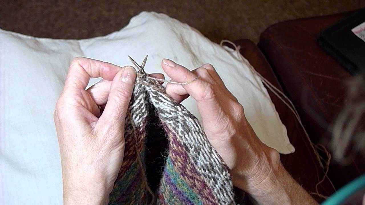How to carry yarn on the purl side.