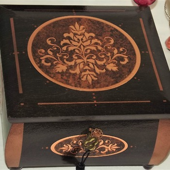 LOCKABLE Deluxe JEWELLERY / KEEPSAKE Box. With a mirrored copper centerpiece & copper brown Fleur de lis. Half Mortise Lock