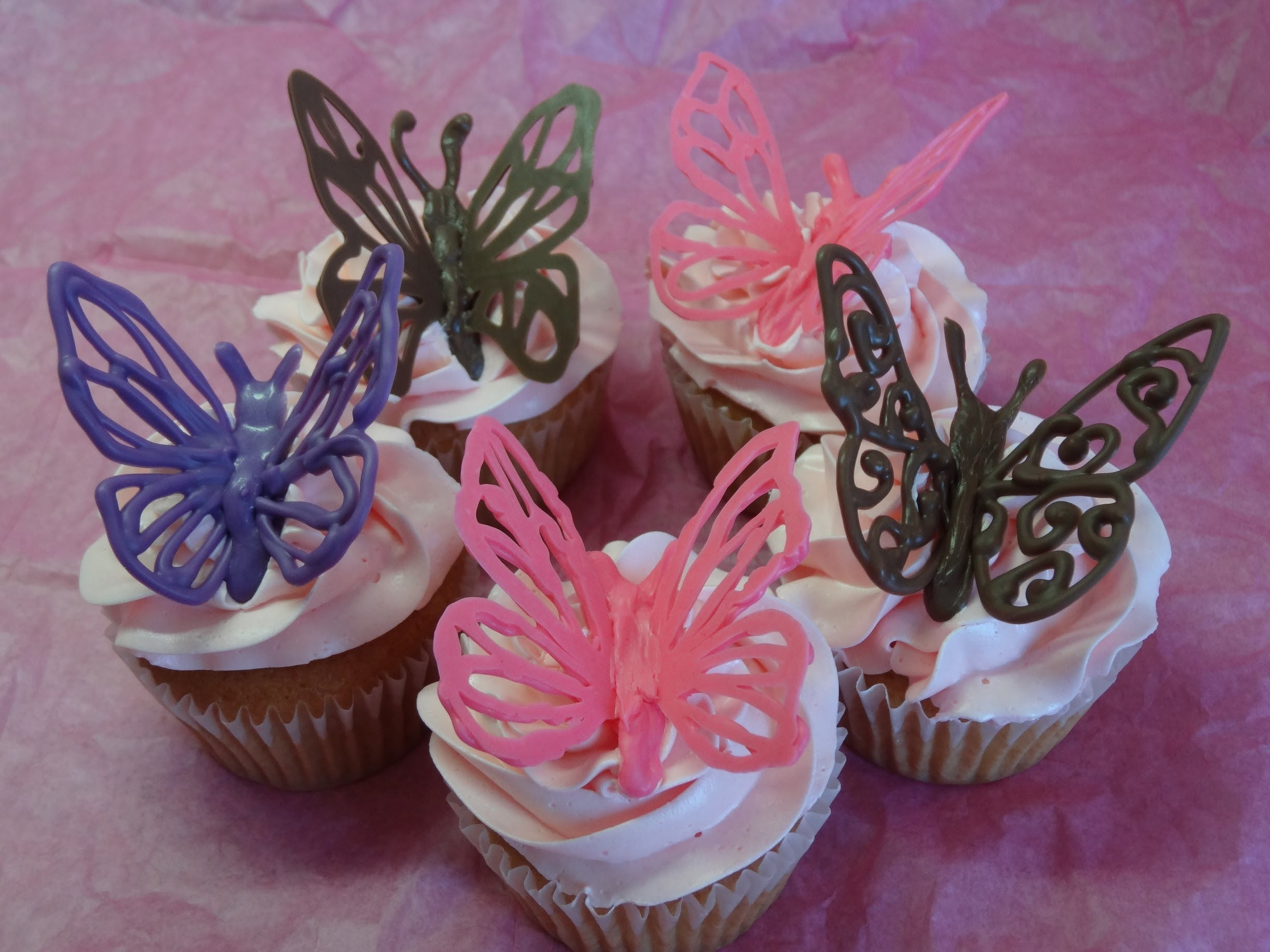"Decorating Cupcakes #120: Butterflies and ""Love Mom"" decorations (For Mother's Day) -with yoyomax12"