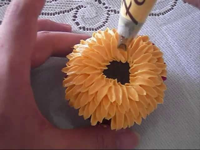 How to pipe a buttercream chrysanthemum flower