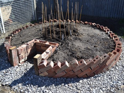 Keyhole Garden - How to build a Keyhole Garden. Raised Bed Vegetable Patch