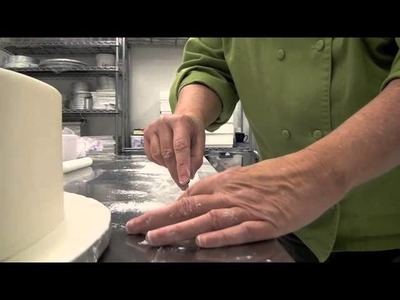 How to Cut and Place a Fondant Band Border