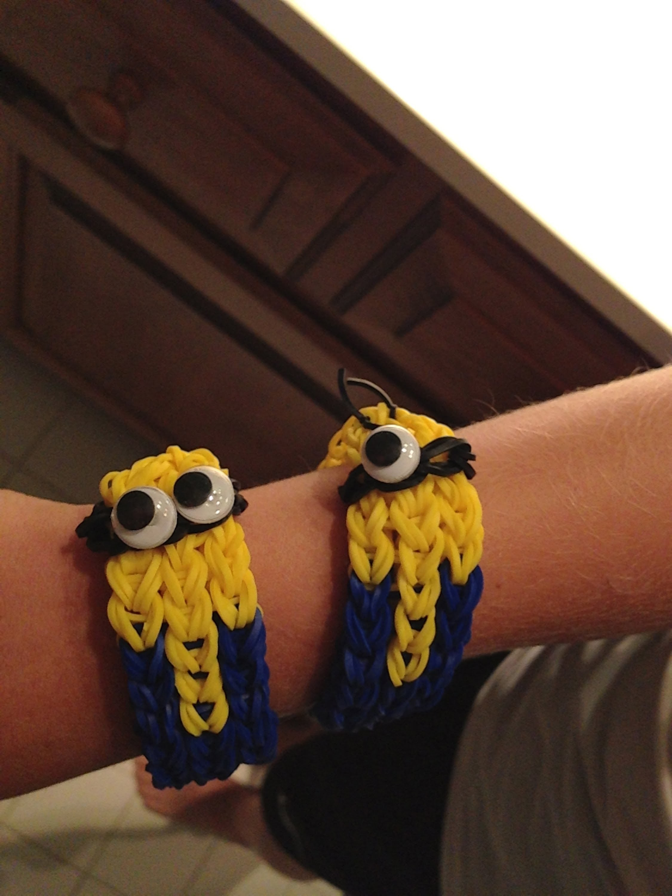How to make a minion bracelet - rainbow loom