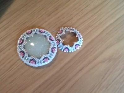 Sarubbest: Cabochon in resina incastonato con perline utilizzando la tecnica Peyote