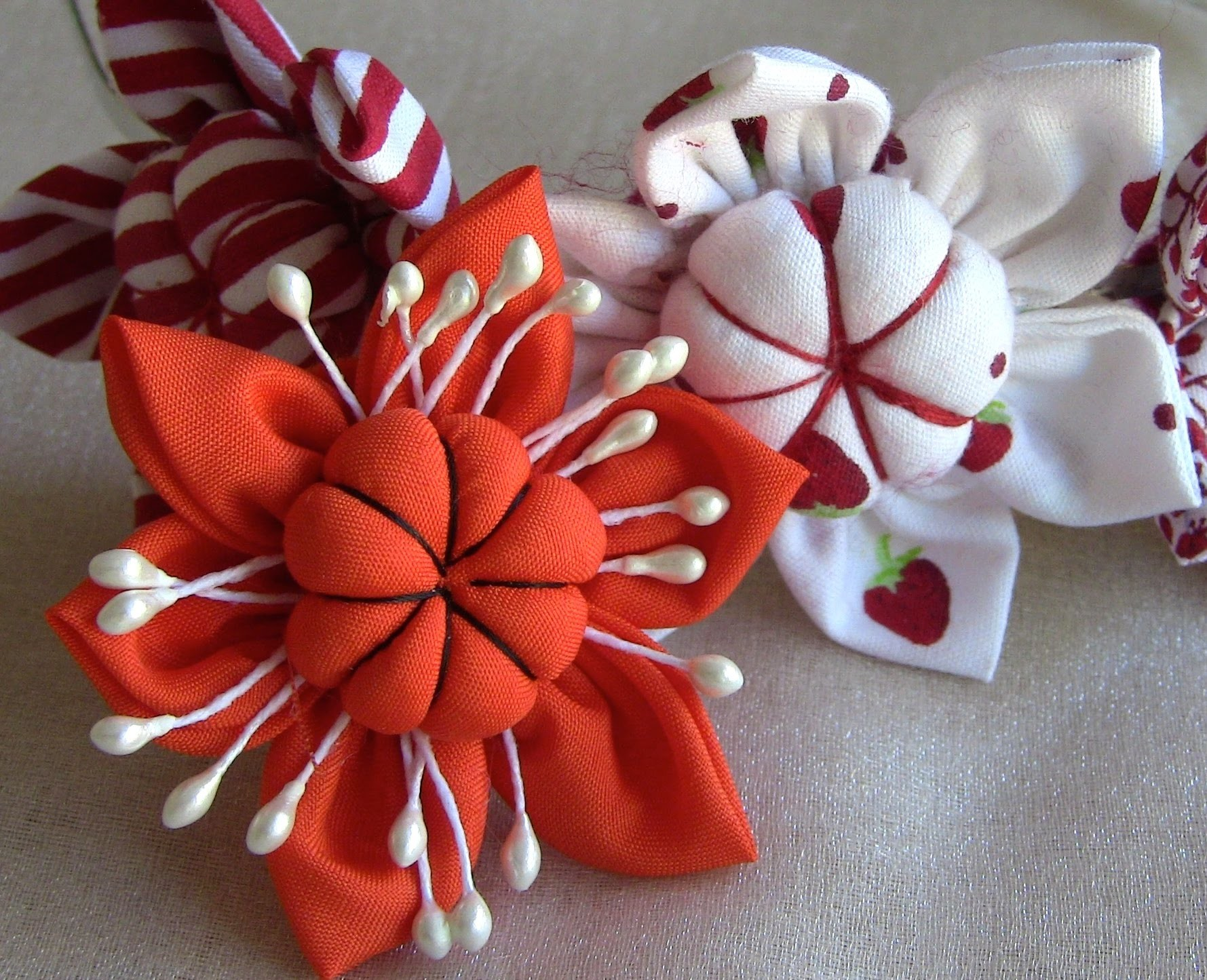Flor em tecido com miolo acochoado-HOW TO MAKE ROLLED RIBBON ROSES- fabric flowers