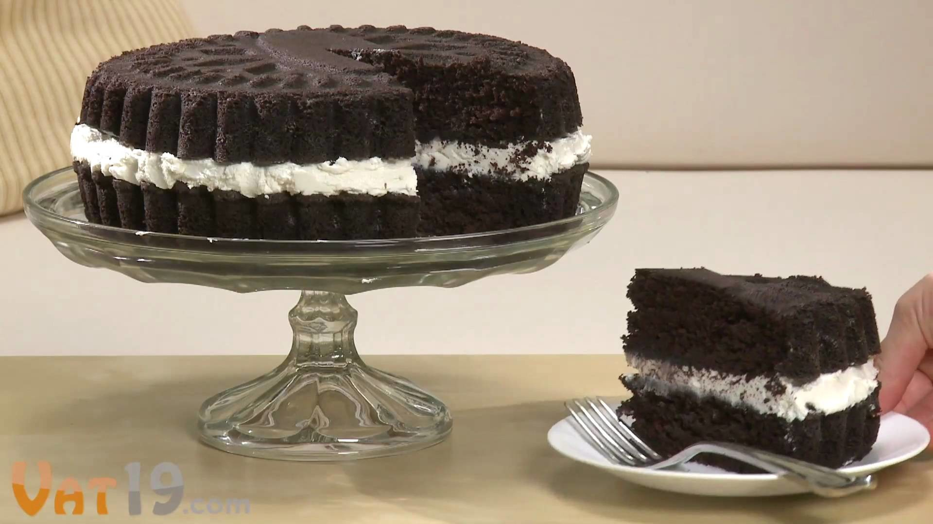 Bake a Cake that looks like a Giant Oreo